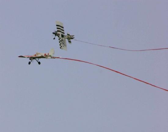 Le dogfight, duel d'avion, au premier qui coupe la banderole... un jeux risqué mais passionnant